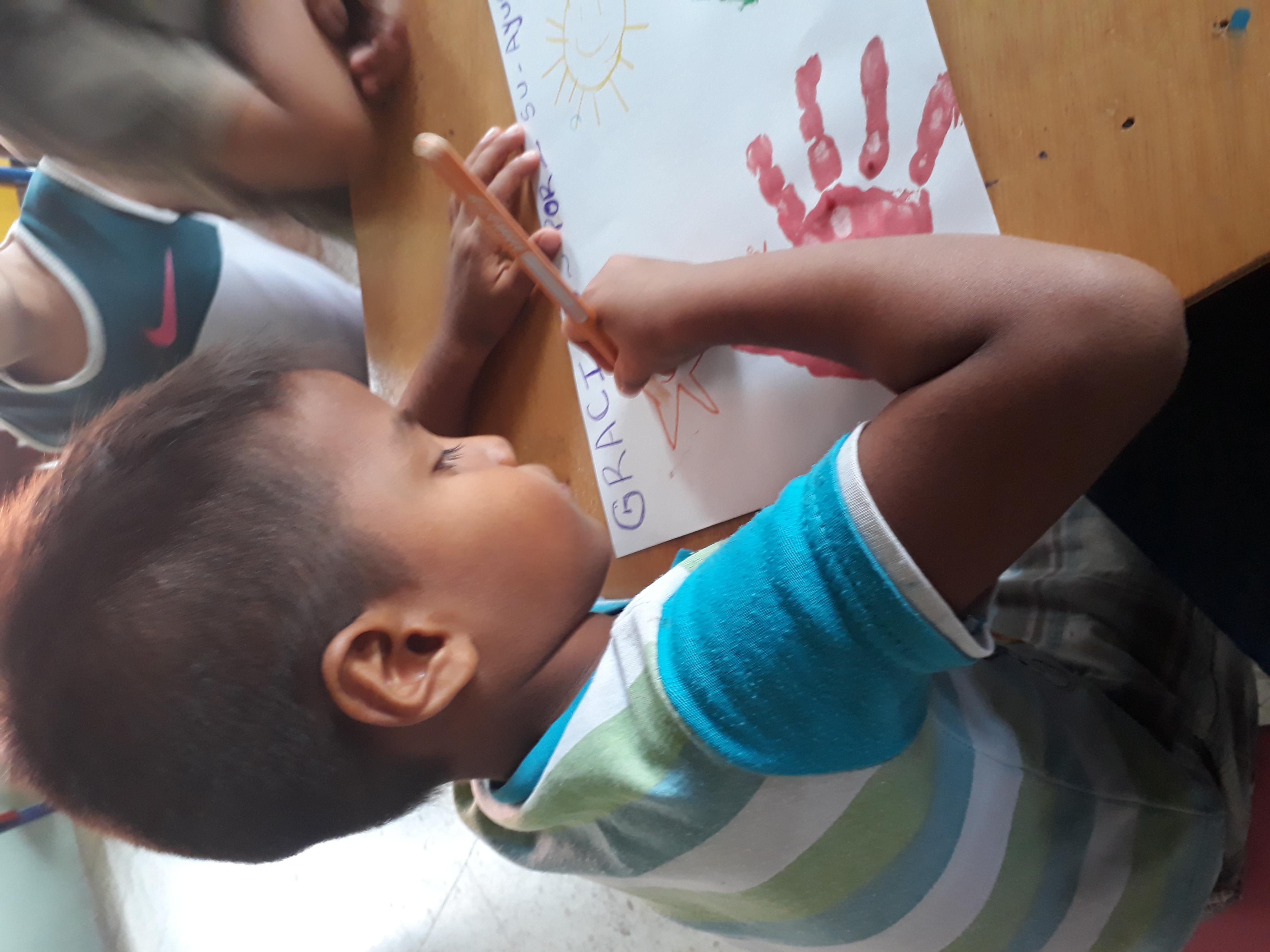Ein Kind beim Malen