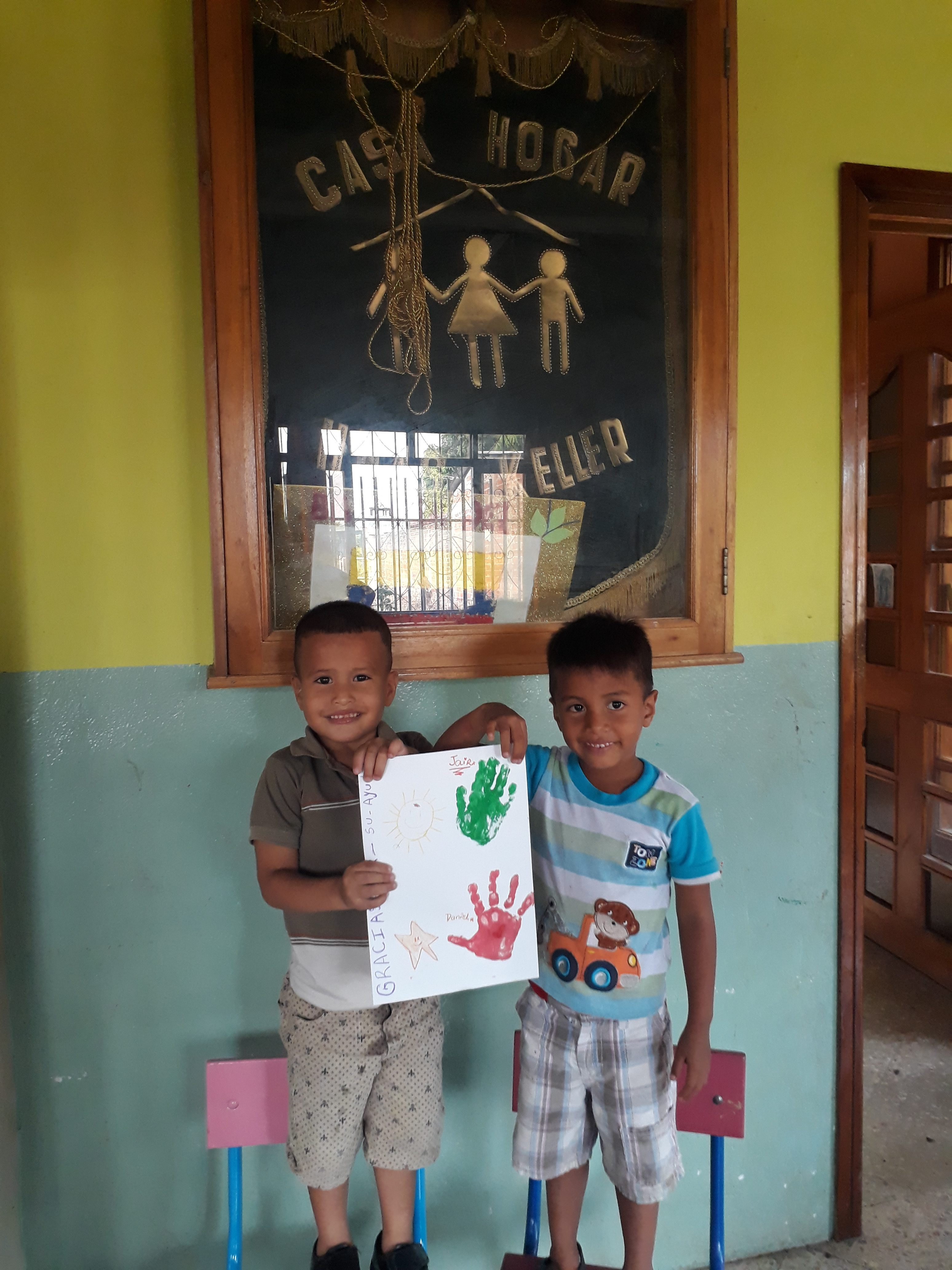 Kinder mit ihren Bildern
