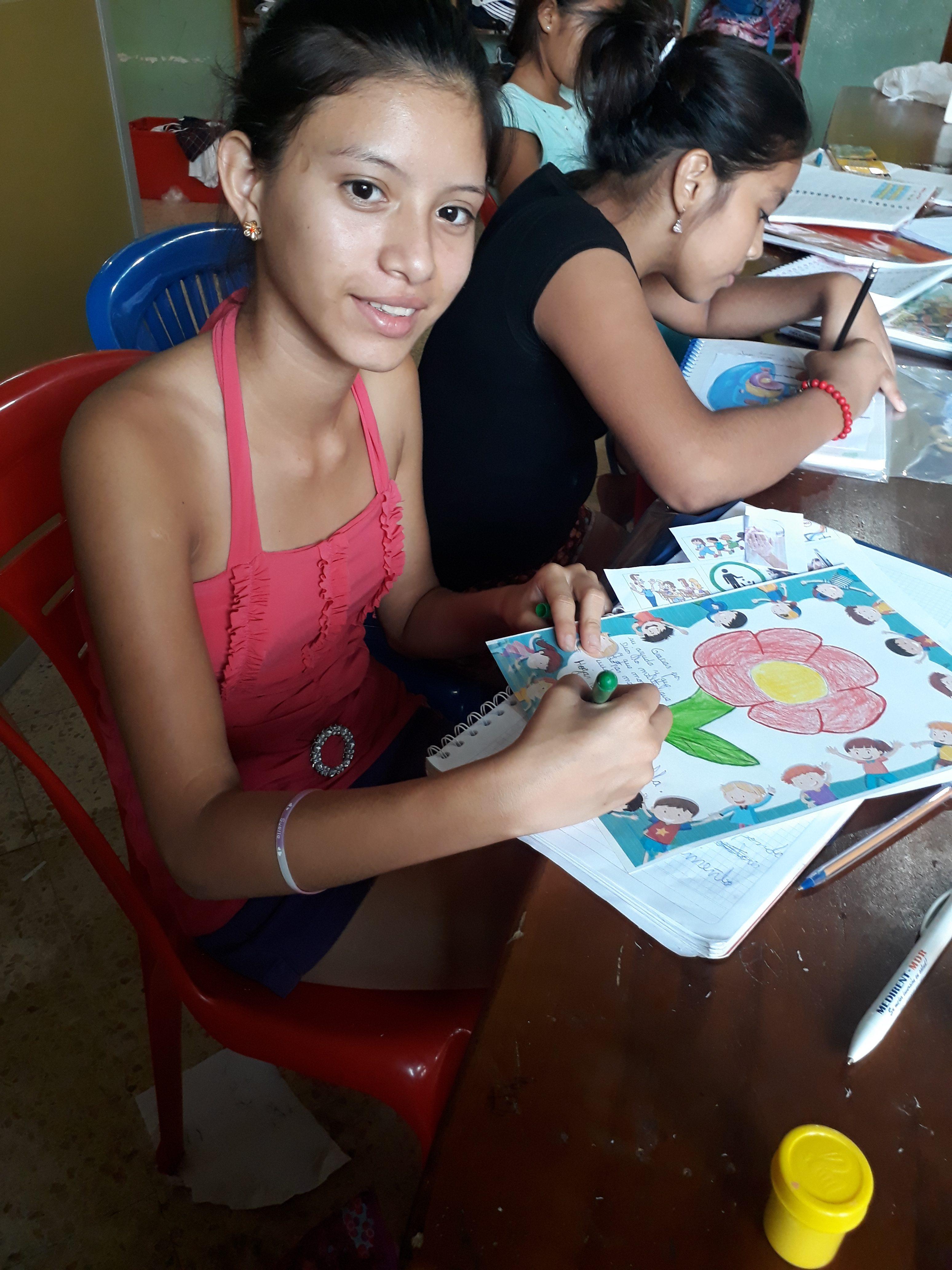 Ein Mädchen beim Malen